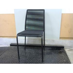 Chaise noire avec élastique
