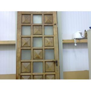 Porte en bois à carreaux